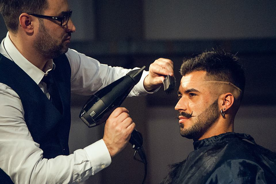 How to cut hairs with the beard trimmer